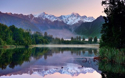 Mountain lake in New Zealand wallpaper
