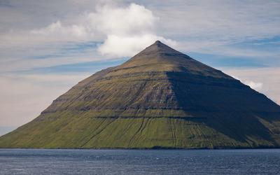 Mountain pyramid wallpaper