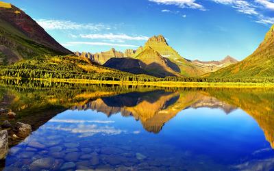 Mountain reflecting in the lake wallpaper