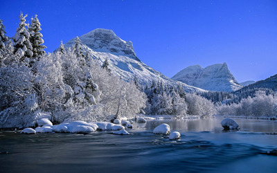 Mountain river in Winter wallpaper