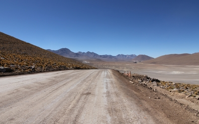 Path through the desert wallpaper
