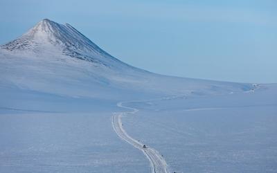 Path through the snowy mountain wallpaper
