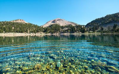 Pebble lake between the mountains wallpaper