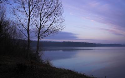 Purple sky reflecting in the lake wallpaper
