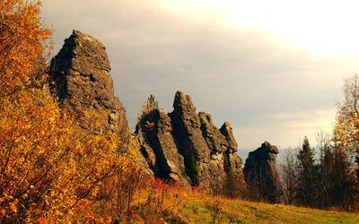 Rocky cliffs on the autumn hill wallpaper