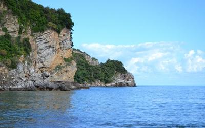Rocky high shore to the ocean wallpaper