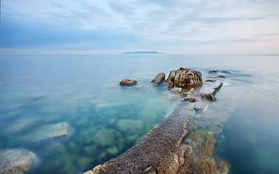 Rocky path to the ocean wallpaper