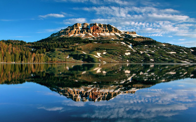 Rocky peak reflecting in the lake wallpaper