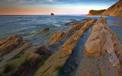 Sharp rocky trail in the ocean wallpaper