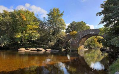 Stone bridge over the river [2] wallpaper