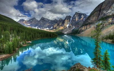 Turquoise lake in Banff National Park wallpaper