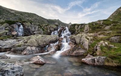 Water falling between mossy rocks [2] wallpaper