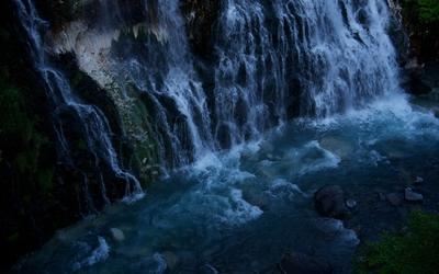 Water falling on the rocks wallpaper