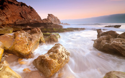 Water splashing on the rocks wallpaper