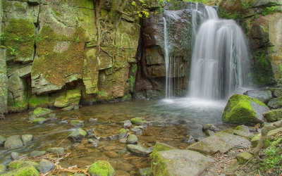 Waterfall on mossy rocks wallpaper