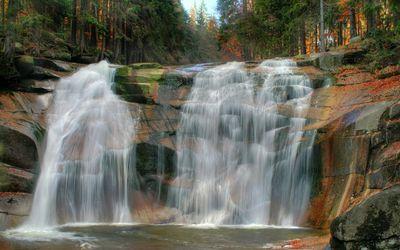 Waterfall over rusty rocks wallpaper