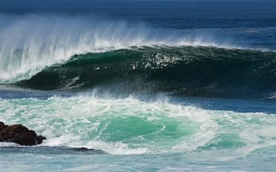 Wave splashing on the rock wallpaper
