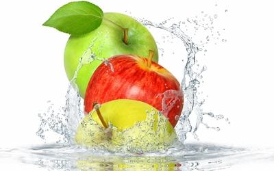 Apples splashing in the water Wallpaper
