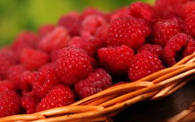 Basket of raspberries wallpaper