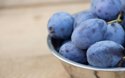 Bowl of fresh plums wallpaper