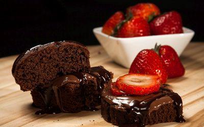 Chocolate cake and strawberries wallpaper