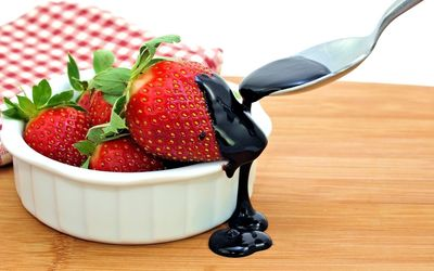 Chocolate pouring on the strawberries wallpaper