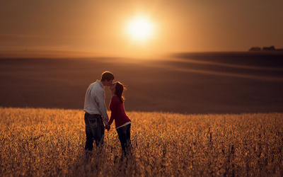 Couple kissing at sunset wallpaper