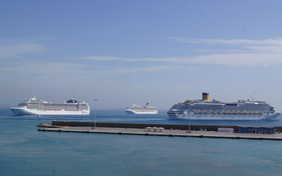 Cruise ships near a stone pier wallpaper