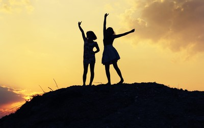 Girls' silhouettes in the sunset wallpaper