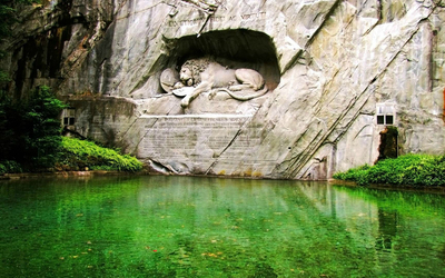 Green nature by the Lion Monument wallpaper