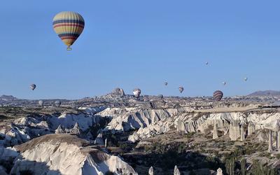 Hot air balloons over the canyon wallpaper