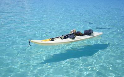 Kayak on clear ocean water wallpaper