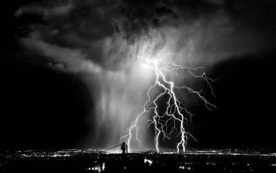 Lightning over the city wallpaper