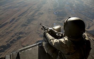 Soldier with machine gun wallpaper