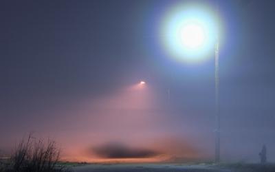 Street light above the foggy path wallpaper