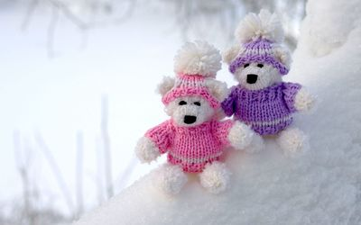 Teddy bear couple on snowy ground wallpaper