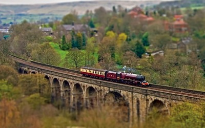 Train on a stone bridge wallpaper