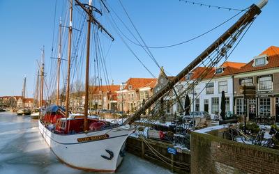 Willem Barentsz boat in frozen water wallpaper