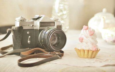 Zenit-E camera and a cupcake wallpaper