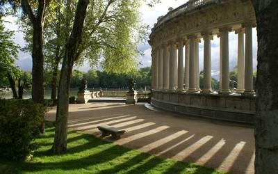 Beautiful garden by the columns wallpaper