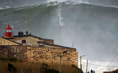 Big wave in Portugal wallpaper
