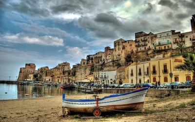 Boat on a sandy beach in Sicily wallpaper
