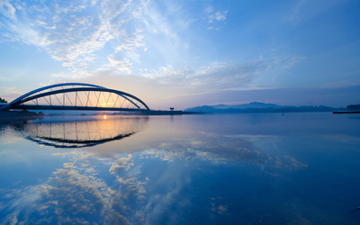 Bridge over the river at dusk wallpaper