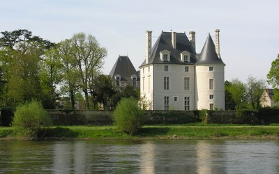 Chateau de Selles-sur-Cher near the lake wallpaper
