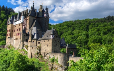 Eltz Castle on a beautiful summer day Wallpaper