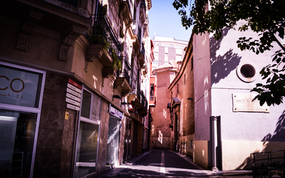 Narrow street in Murcia wallpaper