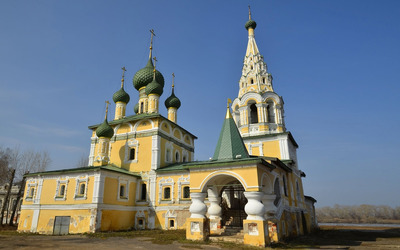 Onion domes on a russian chruch wallpaper