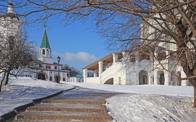 Path through the snow to the church Wallpaper