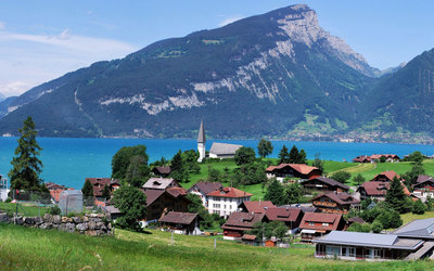 Small town by Lake Thun wallpaper