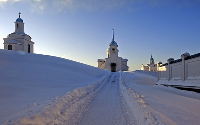 Snowy path towards the churches wallpaper